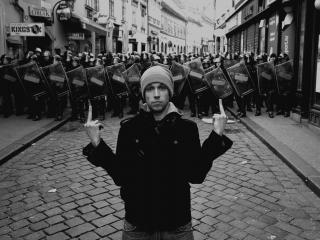 обои Парень с жестом и полиция фото
