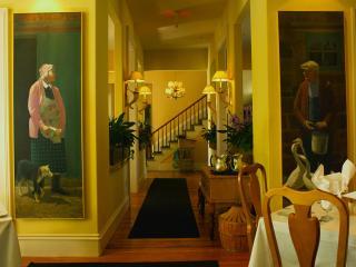 обои Уютный ресторан с картинами на стенах фото
