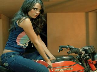 обои Красотка на мотоцикле гуци фото