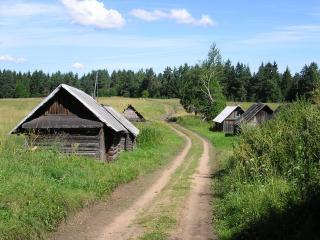 обои Старые заброшенные деревенские домики вдоль дороги фото