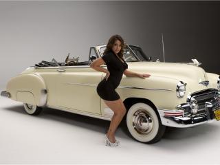 обои Vida Guerra стоит около машины фото