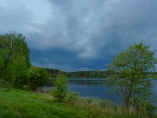 обои Летний пруд,   лодка и пасмурное небо фото