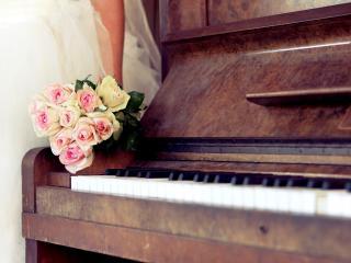 обои Букет роз у старого рояля фото
