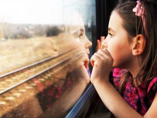 обои Девочка в вагоне фото
