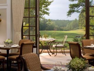 обои Ресторан со столиками на свежем воздухе фото