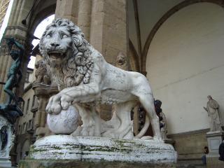 обои Скульптура льва у коллоны здания фото