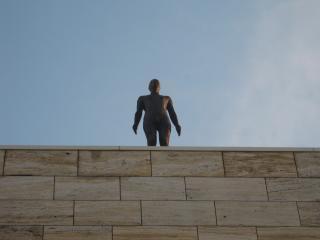 обои Скульптура человека на крыше здания фото