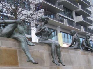 обои Скульптуры сидящие на стене в ротердаме фото