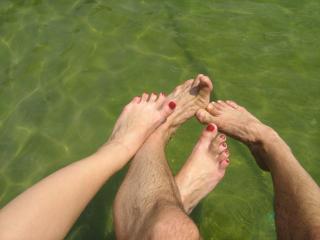 обои Влюбленные ножки у воды фото