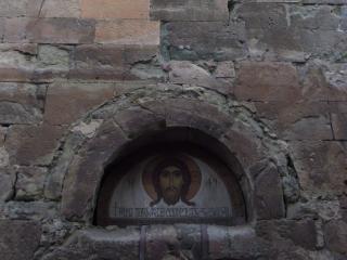 обои Лик святого в стене здания фото