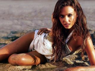 обои Джессика альба на песке фото