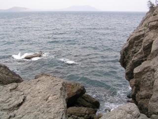обои для рабочего стола: Волны бьются о скалистый берег