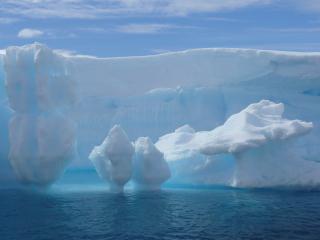 обои Белоснежная снежная глыба фото