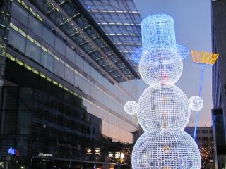 обои для рабочего стола: Снеговик иллюминация на фоне города