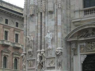 обои для рабочего стола: Мраморные стены собора со статуями