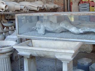 обои для рабочего стола: Останки человеческого тела после раскаленной лавы