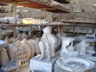 обои для рабочего стола: Человеческое тело застывшее в магме лавы