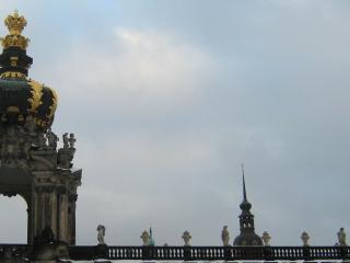 обои Арка с золотым куполом и скульптуры фото