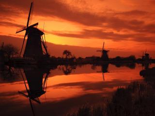обои Мельницы в деревне,   река,   яркий багровый закат фото
