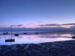 обои Рыбацкие судна у берега на рассвете фото