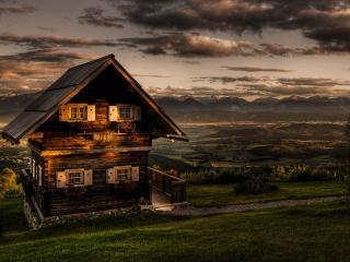 обои Деревенский двухэтажный домик,   закат и хмурые облака фото
