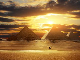 обои Пирамиды и 2 странника на верблюде,   закат фото