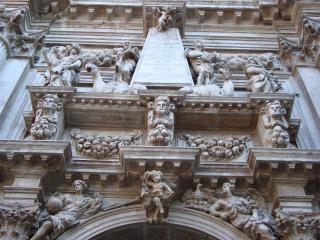 обои Каскад скульптур на стене фото