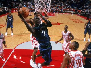 обои Баскетболисты атакуют сетку фото