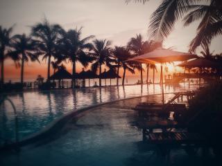 обои Отель в тропиках,   пальмы у бассейна,   закат,   море фото