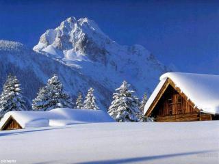 обои Домик укрытый снегом на фоне гор фото
