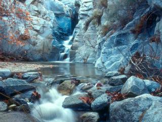 обои для рабочего стола: Мелкая река в скалах