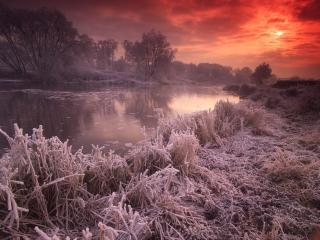 обои для рабочего стола: Замерзшая река на фоне красного неба