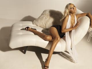обои Christina aguilera на кресле белом фото
