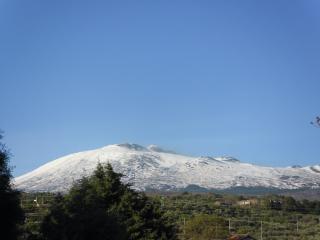 обои Вулкан Этна в снегу весной фото