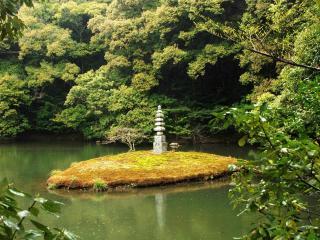 обои Островок со скульптурой в японском парке фото
