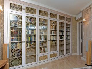 обои Шкаф для книг в библиотеке фото