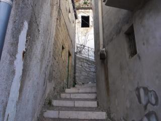 обои Лестничный проход между домами фото