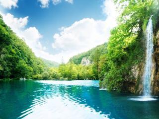 обои Водопад и река в свежей зелени фото