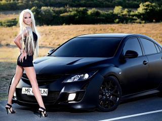 обои Стройная блондинка у черного автомобиля фото