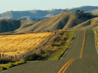 обои Дорога идущая полями и холмами фото