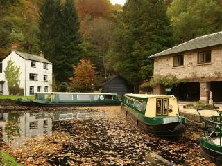 обои Пассажирские лодки на канале фото