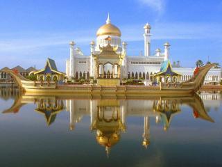обои Красивая мечеть с золотым куполом фото