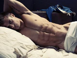 обои Накачаній красавчик в постели фото
