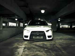 обои Белый мицубише в паркинге фото