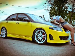 обои Жёлтая машина и девушка фото