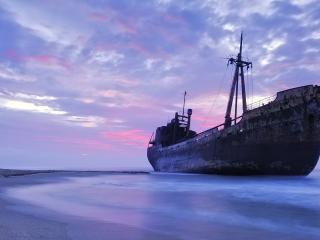 обои Старое судно у берега фото