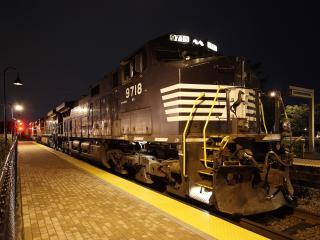 обои Железнодорожная станция и поезд,   ночной вид фото