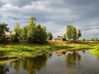 обои Деревня у небольшой реки фото