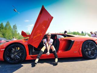 обои Девушка в спортивной красной машине фото