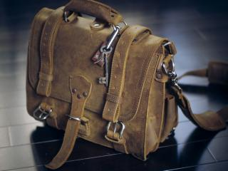 обои Кожаный портфель с ключом фото